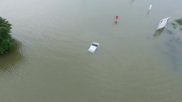 vidéos et rushes de voiture inondée près d'i45 en dehors de houston au texas - desastre natural