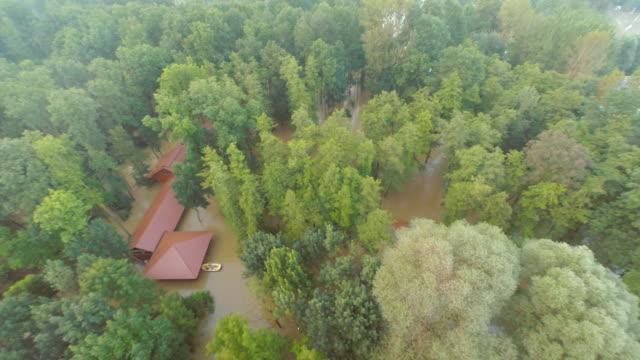 vídeos de stock, filmes e b-roll de inundado aérea de casas na floresta - multicóptero