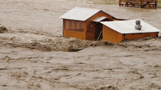 洪水、川あふれる河川、生態学的災害、地球温暖化問題 - ダメージ点の映像素材/bロール