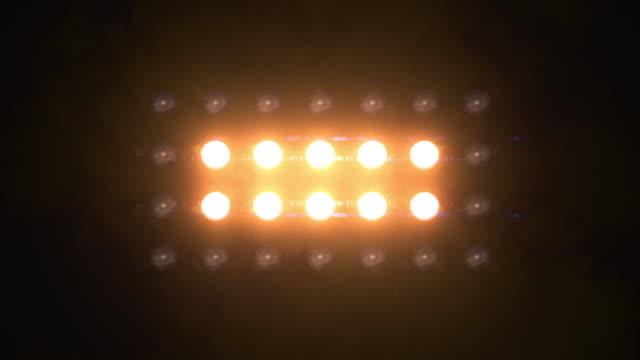stockvideo's en b-roll-footage met breedstralers knipperend amber lus animaties 7 x 4 lichten muur - spotlicht elektrisch licht