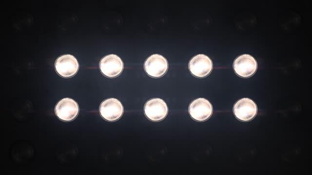 flutlichter blinken weiß looped animationen nahaufnahme - led leuchtmittel stock-videos und b-roll-filmmaterial