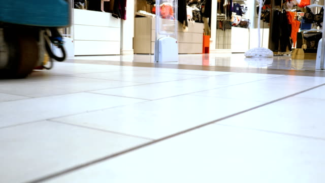 floor cleaning machine. - struttura pubblica video stock e b–roll