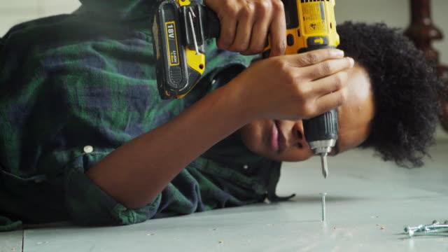 vídeos de stock e filmes b-roll de diy floor woman close - bricolage