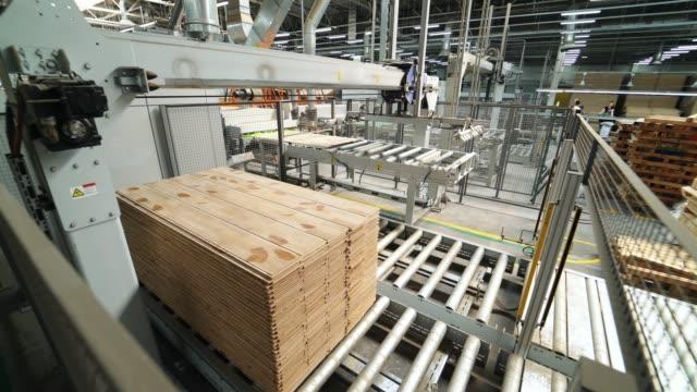 vídeos de stock e filmes b-roll de floorboard production in the industrial factory. - material de construção