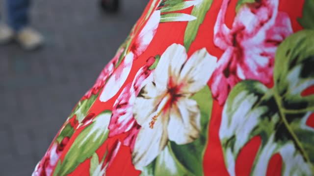 floral print stoff im wind - kleid stock-videos und b-roll-filmmaterial