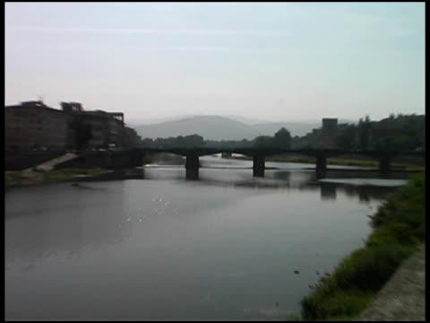 florenz, italien-river-brücke (toskana) (push aufnahme - kürzer als 10 sekunden stock-videos und b-roll-filmmaterial