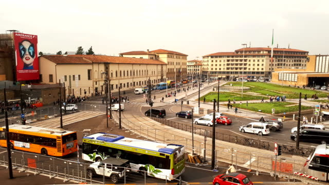 florence, october 2018: hiperlapse of traffic in the centre of florence near train station. italy - tranvia video stock e b–roll