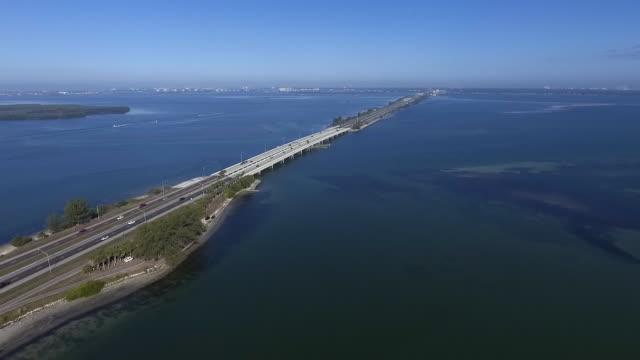 vídeos de stock, filmes e b-roll de flyover aéreo da ponte de florida - baía