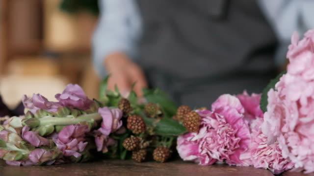 florist arrangieren frische blumenzweige für bouquet - hortensie stock-videos und b-roll-filmmaterial