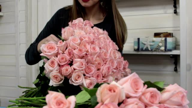 vidéos et rushes de bouquet de roses organisation fleuriste - composition florale