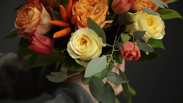 vidéos et rushes de fleuriste prépare un bouquet de fleurs à vendre - composition florale