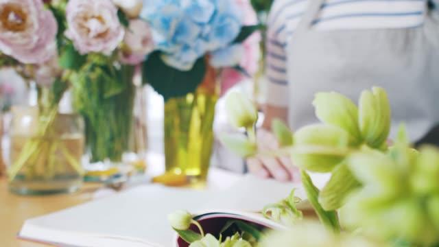 florist förbereder nya order. - blomstermarknad bildbanksvideor och videomaterial från bakom kulisserna