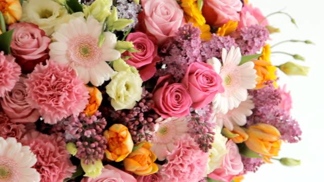 fioraio mette una rosa in un enorme bouquet colorato composta da vari fiori - nastro per capelli video stock e b–roll