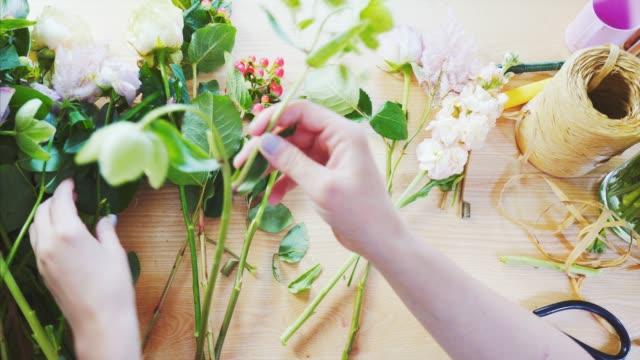 vidéos et rushes de travail de fleuriste de pov. - composition florale