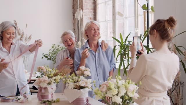 vidéos et rushes de fleuristes faire des photos et avoir du plaisir - composition florale