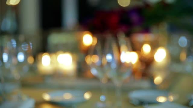 Arrangement de fleurs pour une salle de bal d'intérieur, décoration de table de mariage - Vidéo