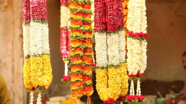 flower garlands at an indian street flower-stall - blomstermarknad bildbanksvideor och videomaterial från bakom kulisserna