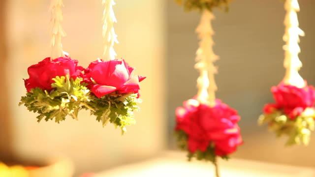 flower garlands hanging from a flower-stall in india - blomstermarknad bildbanksvideor och videomaterial från bakom kulisserna