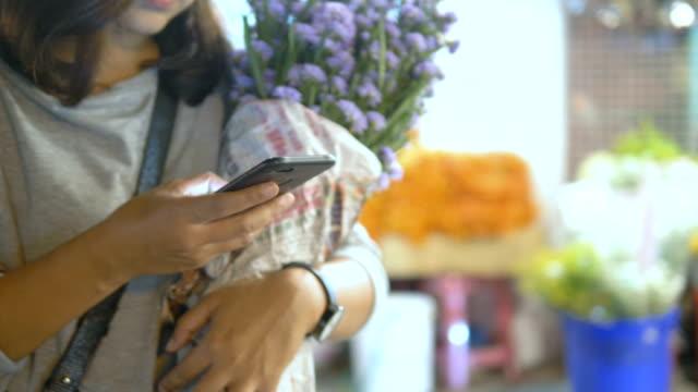 blomstermarknaden: kvinnor med smartphone på natten - blomstermarknad bildbanksvideor och videomaterial från bakom kulisserna