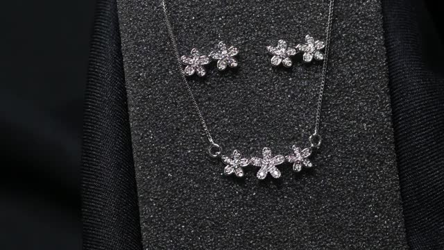 Flower shaped diamond necklace