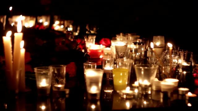 blommor och ljus till minne av offren för offren för terrordåden. politik, terrorism, militära aktioner. människor sörjer - minnesmärke bildbanksvideor och videomaterial från bakom kulisserna