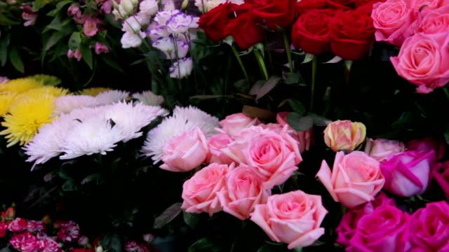 blommor på displayen till salu på marknaden - blomstermarknad bildbanksvideor och videomaterial från bakom kulisserna