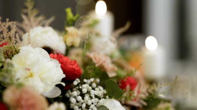 vidéos et rushes de fleurs sur table - de belles fleurs. - composition florale