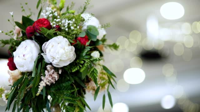 blommor på bordet - vackra blommor. - blomsterarrangemang bildbanksvideor och videomaterial från bakom kulisserna