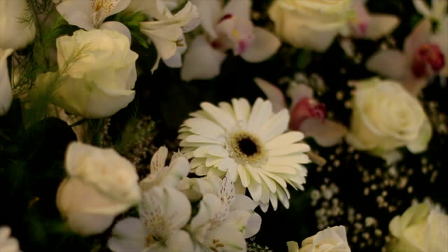 vidéos et rushes de décoration de fête des fleurs - composition florale