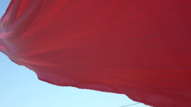 flödar röd tyg - red silk bildbanksvideor och videomaterial från bakom kulisserna