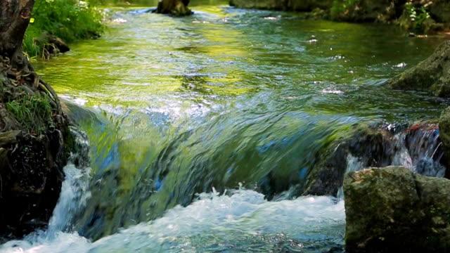 stockvideo's en b-roll-footage met flowing  water of the river. sound. - stroom stromend water