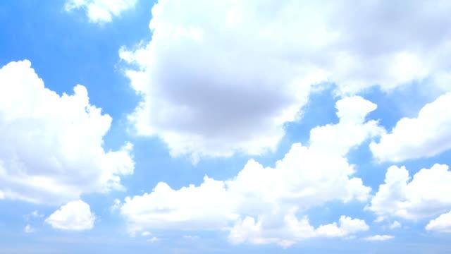 vídeos de stock, filmes e b-roll de tl hd: nuvens almofadadas e céu azul - cirro