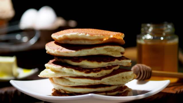 vídeos de stock e filmes b-roll de fluffy pancakes - fofo texturizado