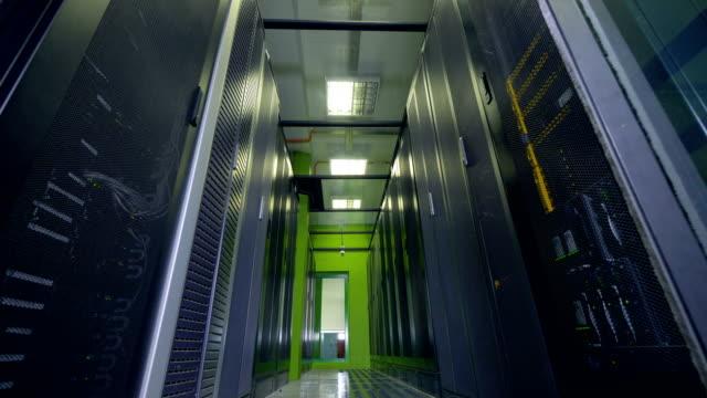蛍光管ランプは、データ ストレージの通路を照らします。 - 機械部品点の映像素材/bロール