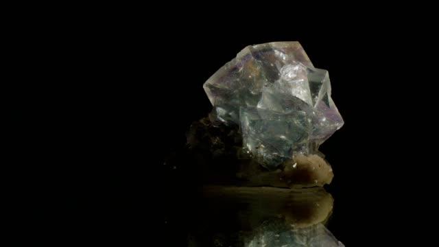 vídeos y material grabado en eventos de stock de fluorit cristal da vuelta en negro - mineral