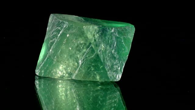 fluorit - rotating mineral - соль минерал стоковые видео и кадры b-roll