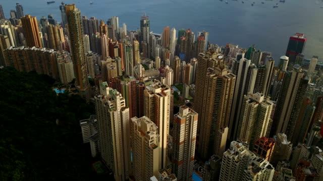 fliegen sie über hongkong city 4k video - wahrzeichen stock-videos und b-roll-filmmaterial