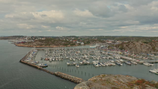 flyg in över fritidsbåtshamnen i göteborgs skärgårds flyg över vatten - bohuslän nature bildbanksvideor och videomaterial från bakom kulisserna
