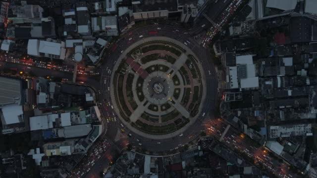 vidéos et rushes de s'envoler au grand rond point, wong wain yai, bangkok, thaïlande, 4k vidéo - rond point