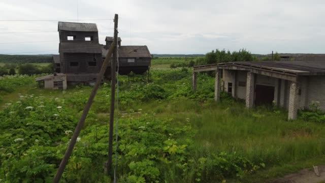 放棄された村や穀倉地帯を通って汚れた道路の上を飛ぶ ビデオ