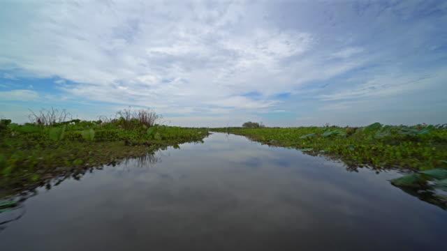 vidéos et rushes de fly over lake avec reflet des nuages - lac reflection lake
