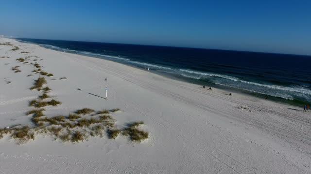 fly over sandy beach - alabama filmów i materiałów b-roll