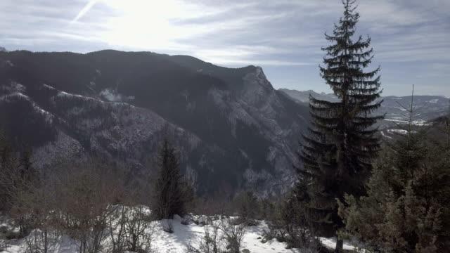 vidéos et rushes de vol au-dessus des montagnes enneigées - paysage extrême