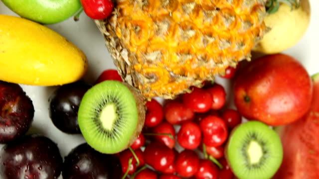 vídeos y material grabado en eventos de stock de fly over vista de fruits'pila - antioxidante