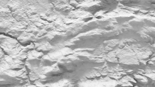 vídeos de stock, filmes e b-roll de sobrevoe a paisagem abstrata branca com montanhas. renderização 3d de alívio da terra. superfície de elevação detalhada. 4k uhd - relevo