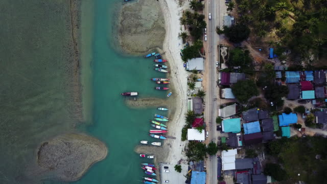 熱帯のビーチの島、タイの上を飛ぶ - サムイ島点の映像素材/bロール