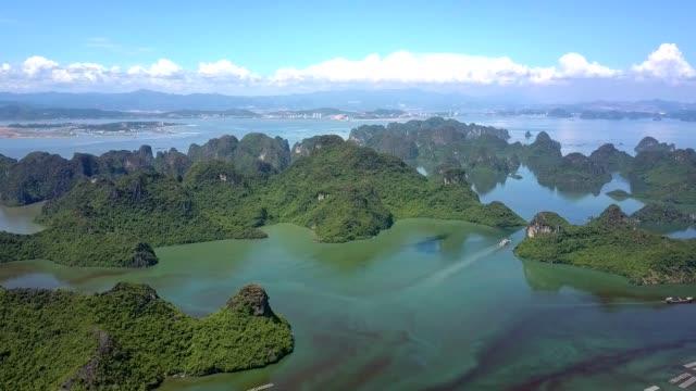 vídeos de stock e filmes b-roll de flycam shows bay with large small islands and floating farms - arquipélago