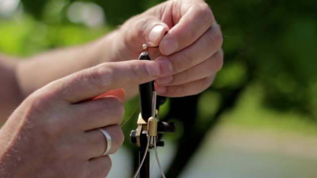 fliegenfischen, fliegenbinden lachs smolt muster - angelhaken stock-videos und b-roll-filmmaterial