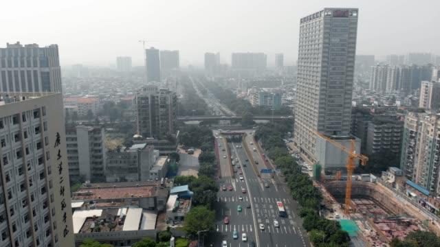 大都市の高速道路に沿ってドローンを飛ばす。 - 中国 広州市点の映像素材/bロール