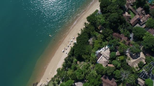 vídeos de stock e filmes b-roll de flying above a paradise island - arquipélago